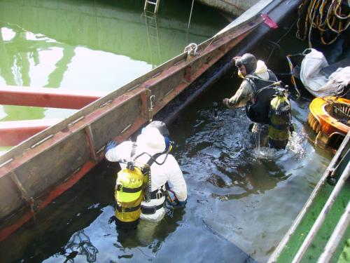 Preparing sunken vessel for lifting